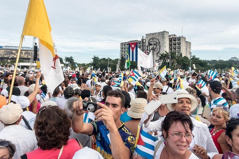 Multitud de personas en frente de la plaza de la revolucion