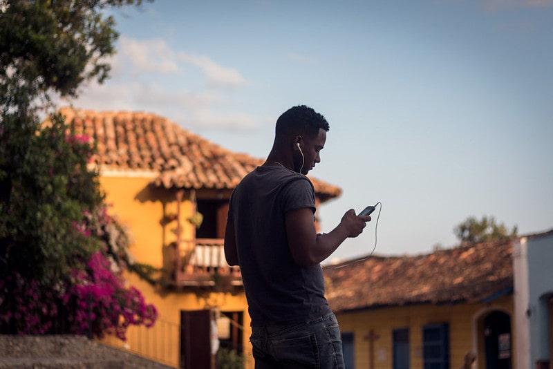 Un hombre cubano utilizando su celular
