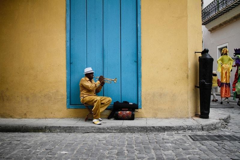 Man sitting wearing a yellow shirt in Havana